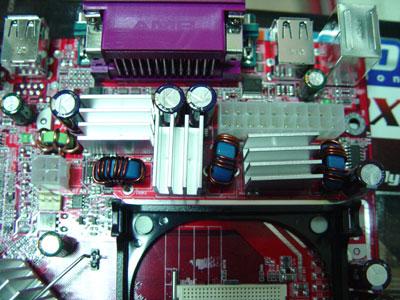 主板采用微星一贯的红色pcb板设计,具有大厂的设计风格,显得很大气.
